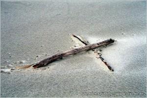 Kreuz im Sand